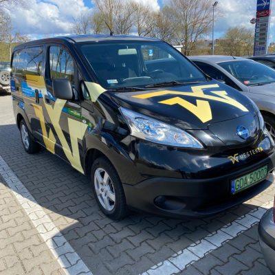 Elektryczny Nissan na parkingu - Wypożyczalnia samochodów luksusowych Mestenza Trójmiasto Rafał Grzebin
