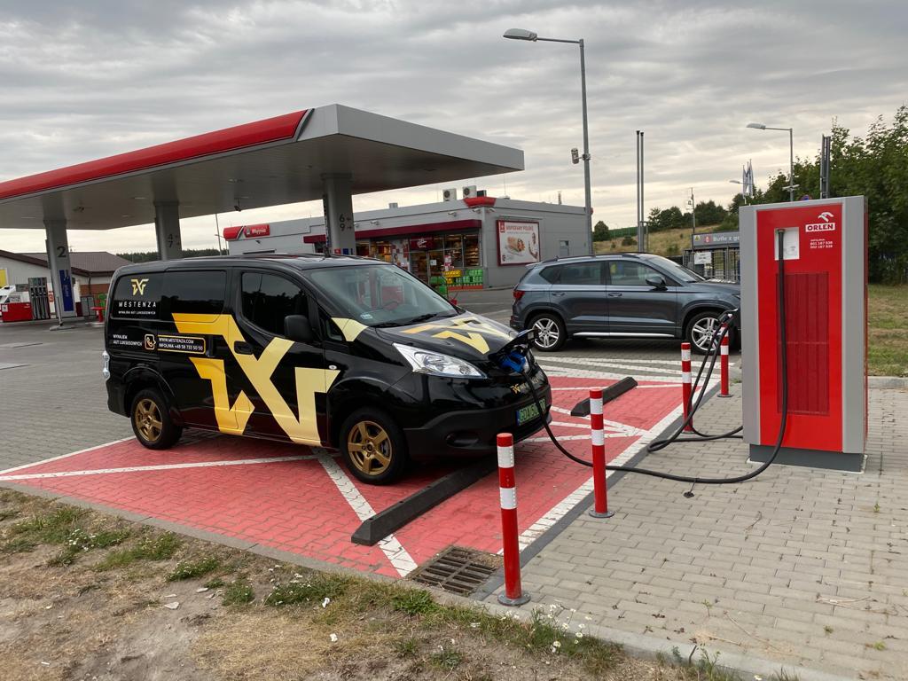 Elektryczny van Nissan e-NV200 - ładowanie. Wypożyczalnia samochodów Mestenza Rafał Grzebin.
